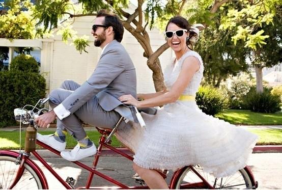 divertida-fotografia-de-pareja-de-novios-en-bici.jpg