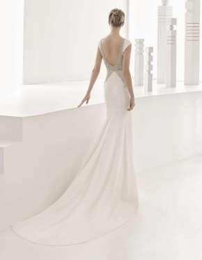 VESTIDO DE CREPE ESCOTE BARCO ROSA CLARÀ 2017 Elegante y sensual vestido que realza las líneas femeninas, elaborado con tejido de crepe y escote barco.